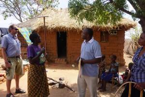 Tanzalings första fadderelev, Lyoba Mbogo, syns här i sin nya roll, som en av föreningens koordinatorer för solcellsprojektet. Här på hembesök hos familjen Doto tillsammans med bland andra ordförande Pär Alm.