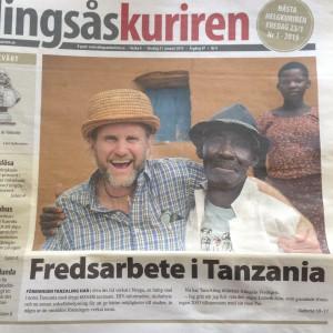 Bilden på Tanzalings ordförande Pär Alm och Sjija Maganga prydde förstasidan på Alingsås-Kuriren då Tanzaling fick motta Kristna Freds fredspris 2015.