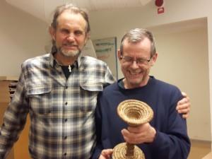 Tanzalings kassör Janne Bengtssom till höger fick utmärkelsen Årets Tanzalinger på årsmötet. Ordförande Pär Alm delade ut vandringspriset, en pokal tillverkad av korgfamiljen.